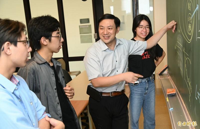 法官自由心證判決不再是唯一!清華大學研究團隊研發的AI人工智慧協助家事判決預測系統,蒐集2000多個家事判決,將可做為輔助家事監護權的判決結果。(記者洪美秀攝)