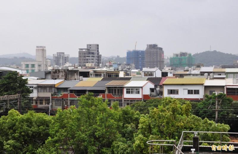 苗栗縣屋齡超過30 年以上的住宅占總住宅數一半,縣府訂定危老條例,加速推動危老建築物重建,改善居住安全與品質。(記者彭健禮攝)