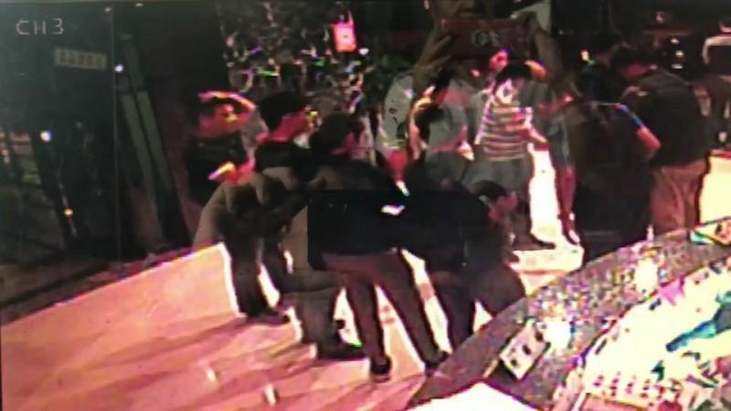 警方攻堅前於大樓管理室盤查。(記者黃旭磊翻攝)