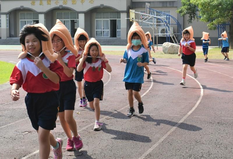 學生戴上防災頭套,實地演練地震發生後疏散到操場。(記者楊金城翻攝)