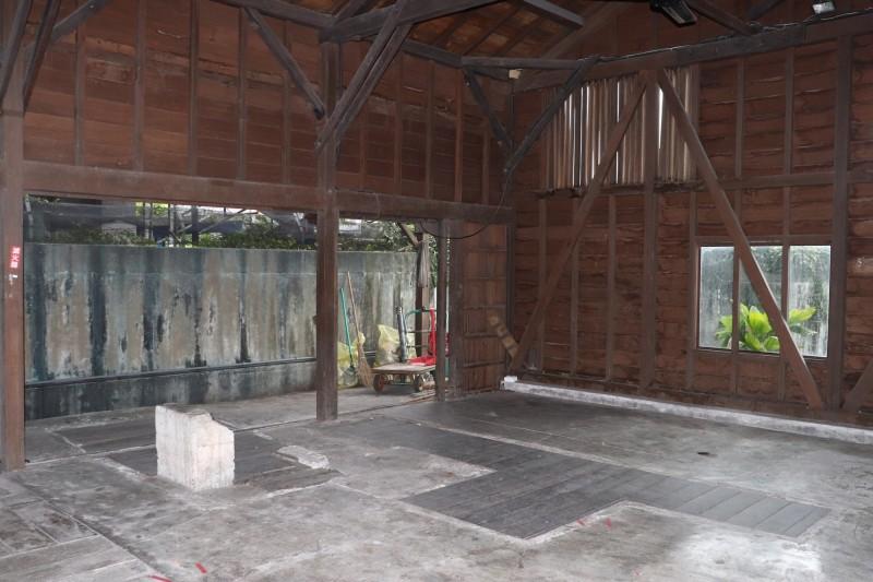 台鐵宜蘭工務段舊木工房也遭批評週六出租給小農市集,卻無人使用。(記者林敬倫攝)