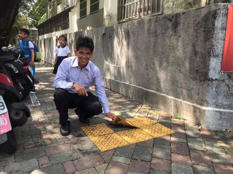 塑膠導盲磚用黏的盲友怨 黃偉哲:全面檢討改善