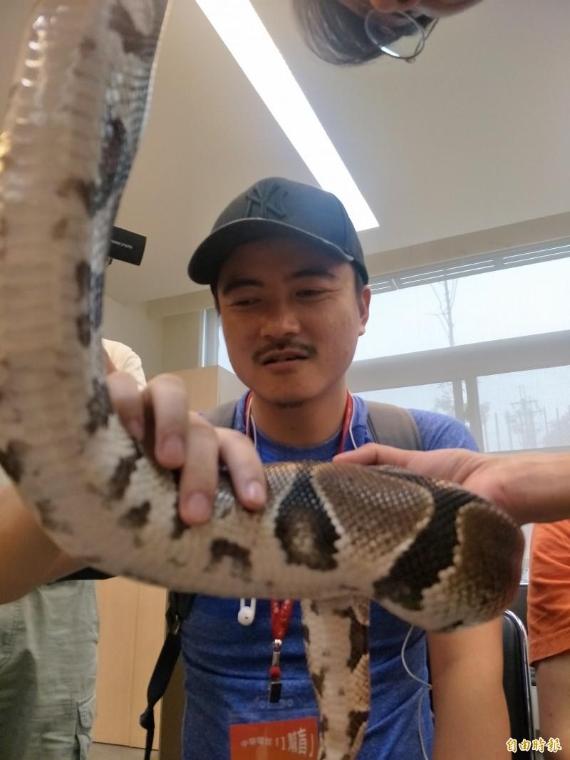視障者走進海科館 摸到兩棲爬蟲動物驚呼不已