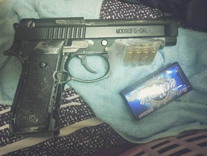 海巡署彰化查緝隊追毒蟲查到改造槍枝與子彈。(記者劉曉欣翻攝)