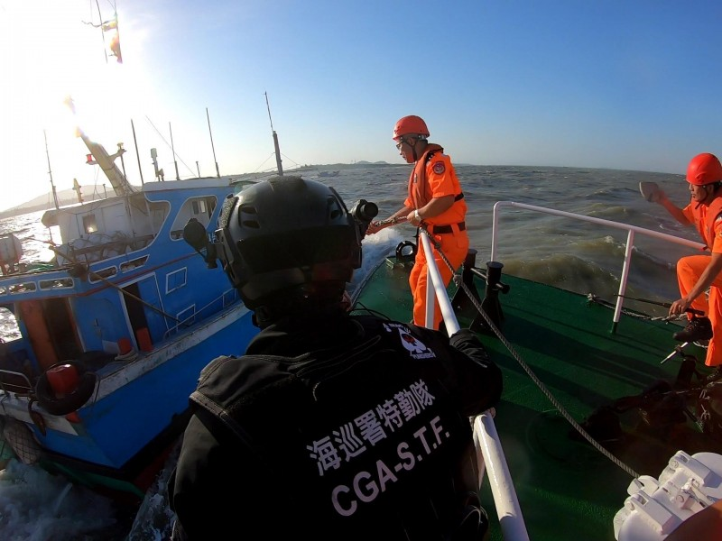 針對中國船團入侵,海巡署特勤隊派遣幹員抵金支援,取締中國漁船。(圖由金門海巡隊提供)