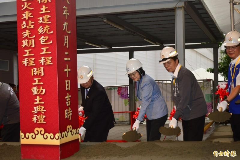 蔡英文總統出席捷運綠線GC03標工程開工祈福儀式,和與會人士共同執鏟。(記者謝武雄攝)