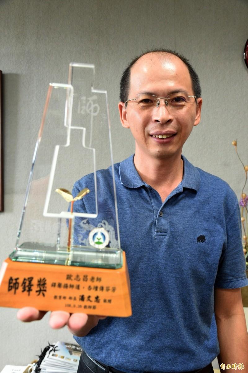 高師大附中教務主任歐志昌設計數學玩具等教具,獲得師鐸獎的肯定,實至名歸。(記者張忠義攝)