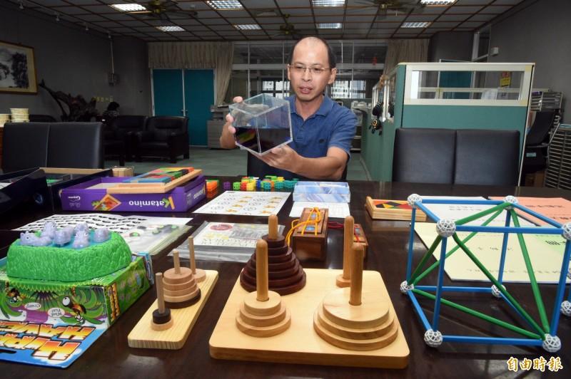 歐志昌針對數學弱勢學生,特開設「小歐數學教室」,藉由實體加深他們對抽象理論及演算的了解。(記者張忠義攝)