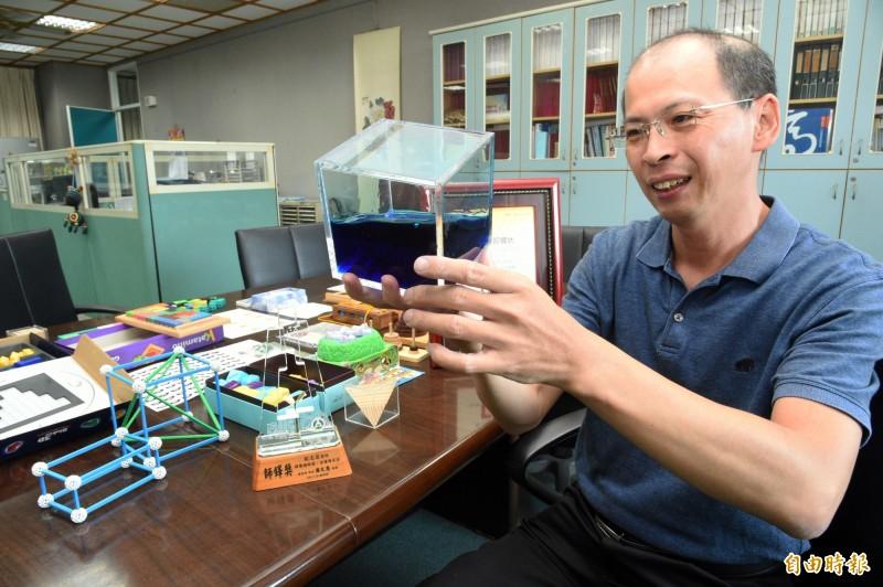 歐志昌以數學玩具提高數學弱勢學生的學習興趣。(記者張忠義攝)