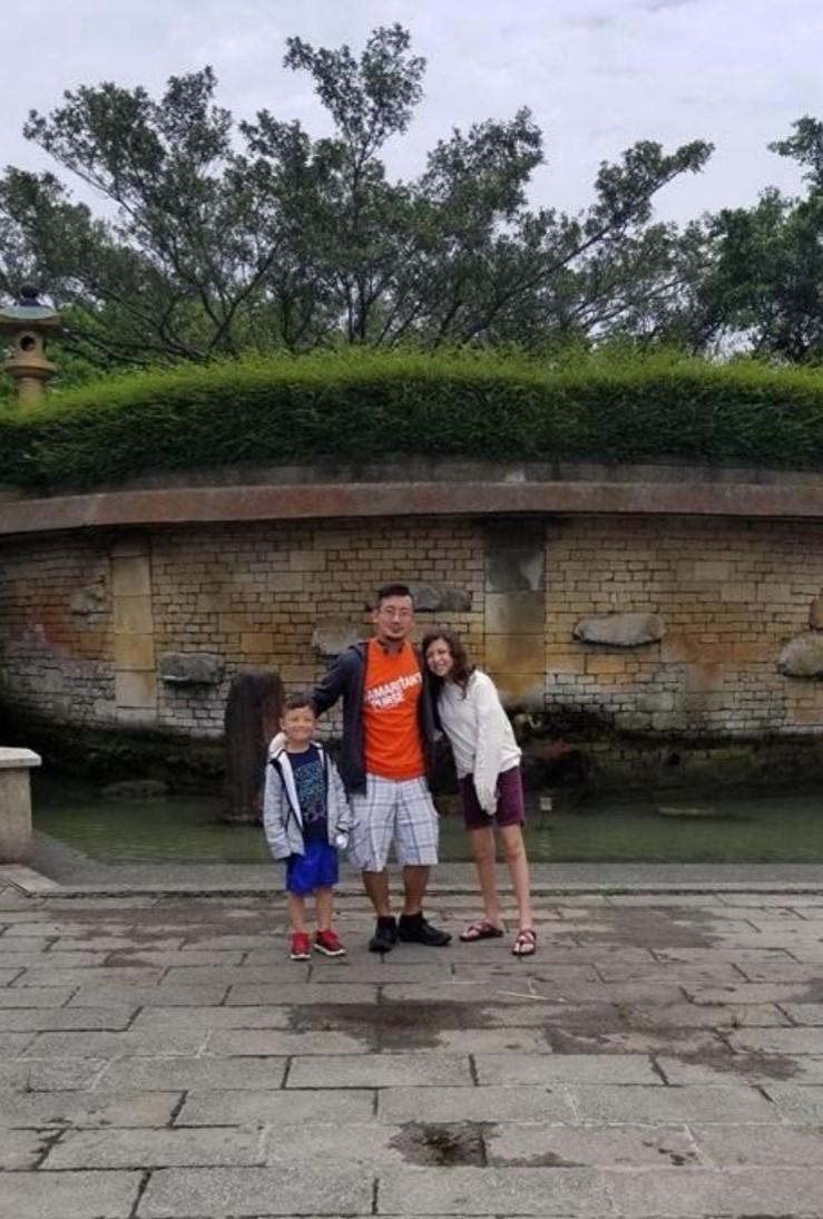 史立威最近與家人重回當年被遺棄的地點羅東中山公園。(黃耀發提供)