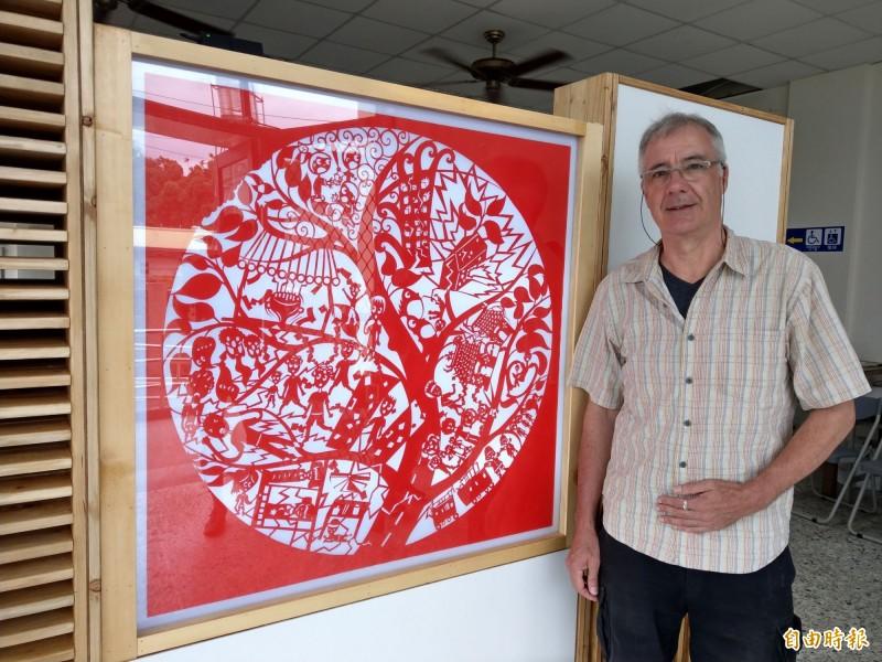 921大地震屆滿20週年,英國剪紙藝術家李柏天,與集集耆老、學童創作「記憶樹」作品。(記者劉濱銓攝)