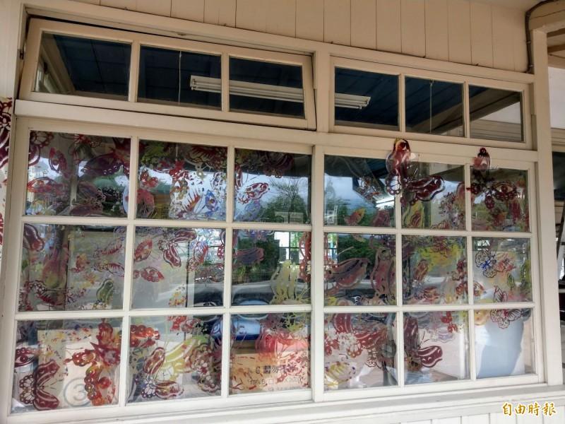 集集小鎮藝術節在集集火車站展出「蝴蝶的旅程」作品,以蝴蝶展翅的花窗形式,呈現集集蛻變重生。(記者劉濱銓攝)