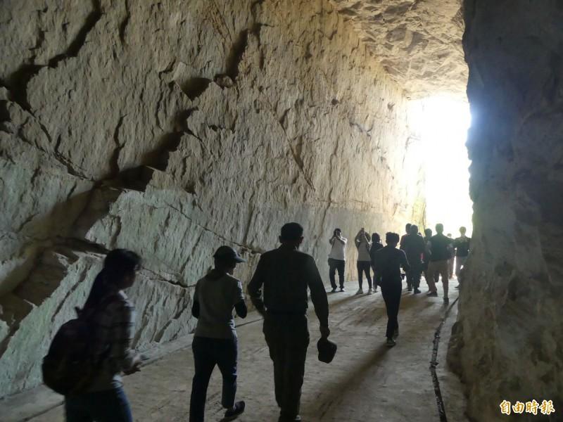 金門縣政府在金門縣戰地史蹟學會協助下,選出內部最高的海防據點「高洞」,提供作為拍照景點之一。(記者吳正庭攝)