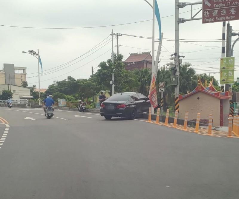 車怎麼開的?BMW險撞營頭廟卡路邊 駕駛神隱…