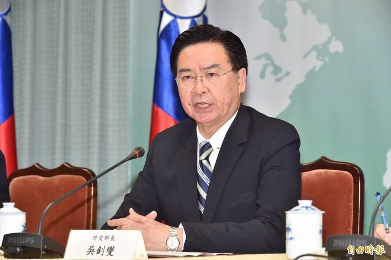 外交部長吳釗燮(左)20日下午召開記者會,宣布與太平洋友邦吉里巴斯終止外交關係。(記者塗建榮攝)