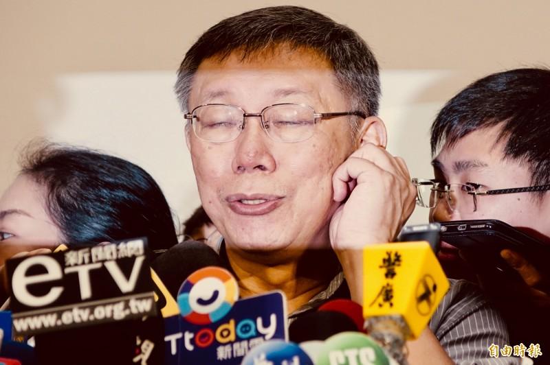 台北市長柯文哲臉書19日晚間讚數暴增一萬多個,遭質疑透過公關公司買讚,他20日接受媒體聯訪時回應「這一定沒有」。(記者塗建榮攝)