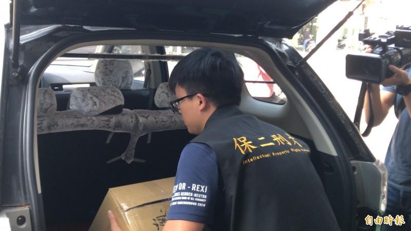 警方在倉庫直播站前後出口警戒,據了解,連千毅並沒有出現在倉庫直播站。(記者黃良傑攝)