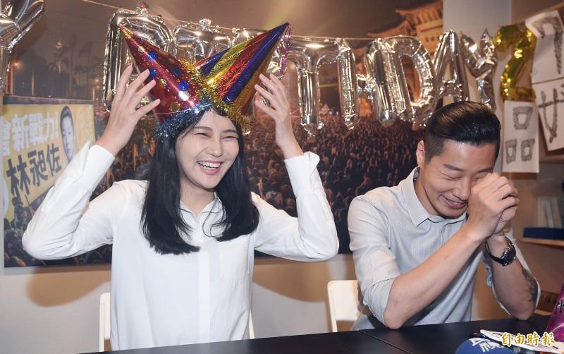 賴品妤(左)前來拜會,「前老闆」、無黨籍立委林昶佐(右)「預祝一位新的立委的誕生」。(記者廖振輝攝)