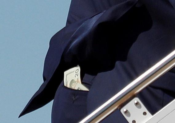 川普18日在加州山景城的墨菲特聯邦機場登上空軍一號時,被《路透》攝影記者布倫納(Tom Brenner)捕捉到褲子後頭口袋放有多張20美元紙鈔。(路透)