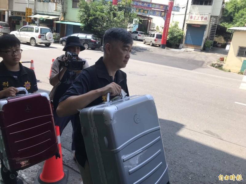 截至目前為止雖未查獲槍、毒違禁品,但現場有行李箱等商品。(記者黃良傑攝)