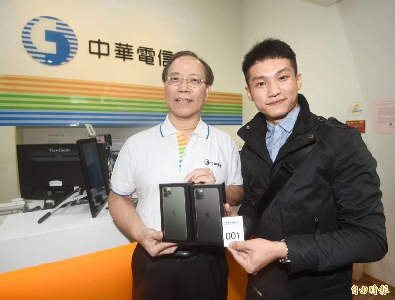 iPhone 11開賣,中華電信由洪先生拔得頭籌。(記者方賓照攝)
