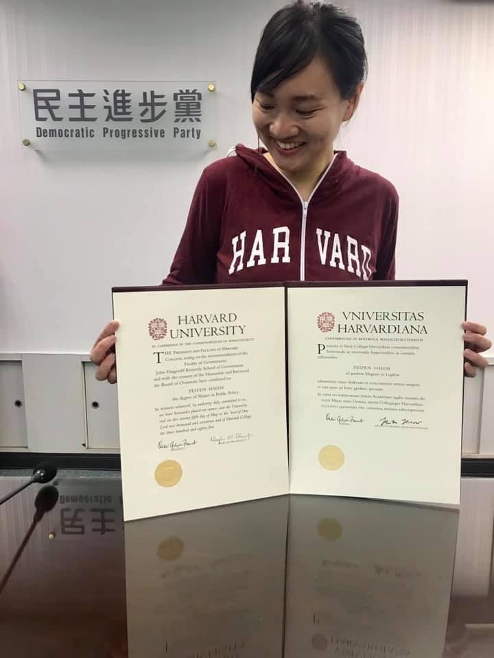 謝佩芬秀出兩張哈佛大學證書諷刺,「這年頭,好像不隨身帶畢業證書在身上,就會被認為學歷造假」。(擷取自謝佩芬臉書)