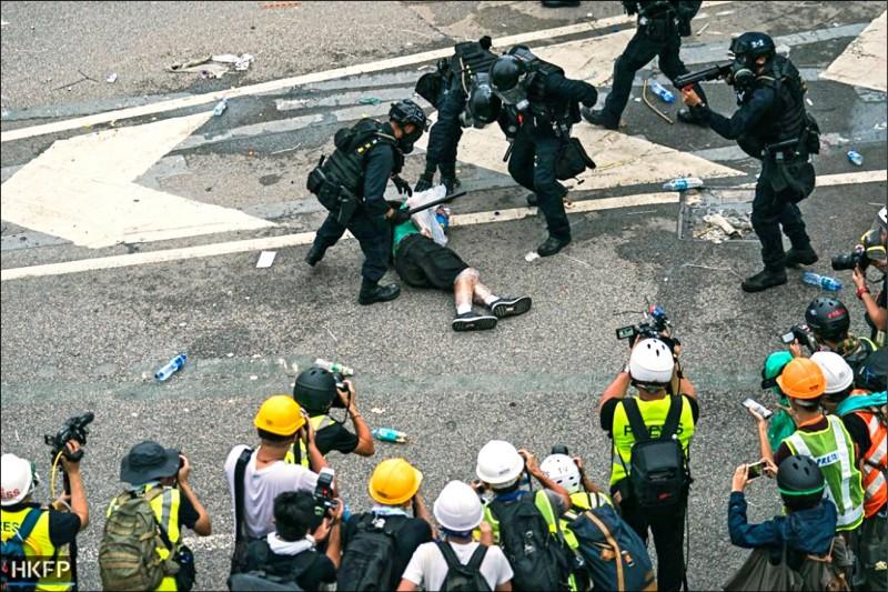 6月12日反送中遊行期間,57歲的退休機械技師吳應武在政府總部外遭警察近距離開槍攻擊腹部,當場應聲倒地。(取自網路)