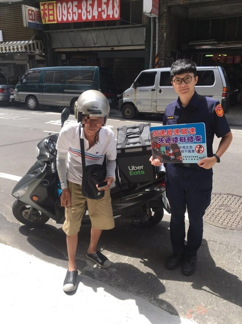 基隆市警局交通隊統計5個月以來已發生20多起事故,分析事故原因大多因邊騎邊看手機,未注意車前狀況,為降低事故發生,警員沿街發送海報,向外送員交通安全宣導。(記者林嘉東翻攝)