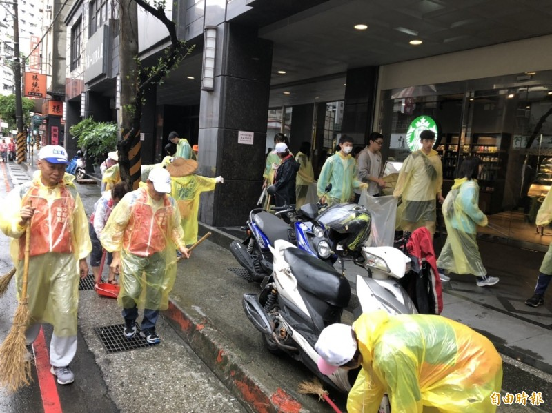 南山中學師生響應「世界環境清潔日 」協助社區大掃除防治病媒蚊傳播