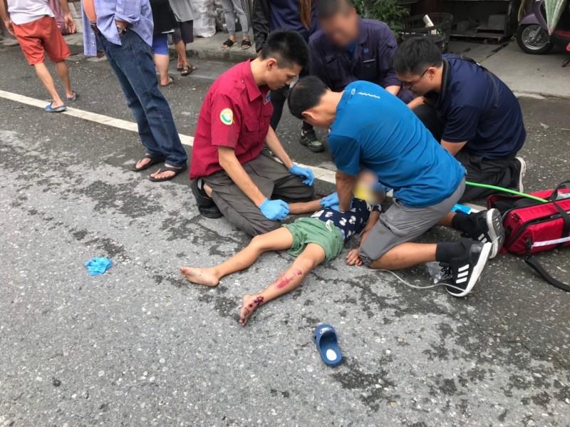何姓男童遭撞飛後倒地吐血,送醫急救仍不治。 (記者王峻祺翻攝)