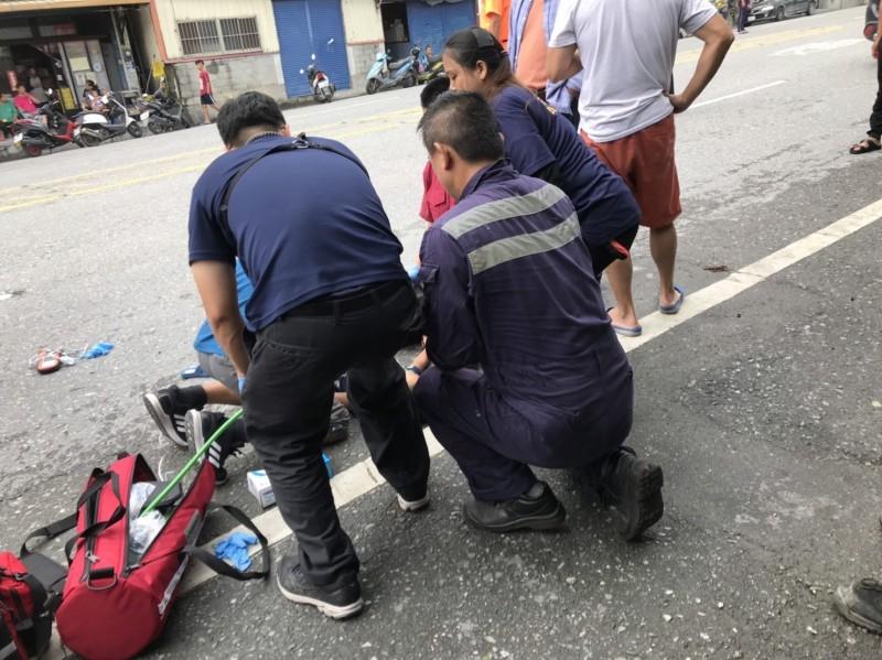 車禍發生後,何姓男童父母第一時間獲報趕回部落,陪同救護人員現場為男童進行急救,陳情哀傷,不斷跪地祈禱。 (記者王峻祺翻攝)