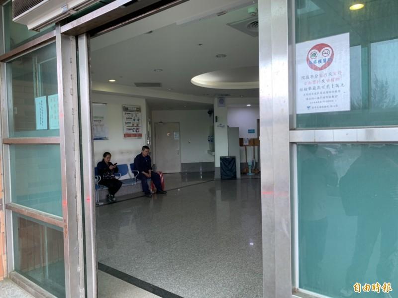 何姓男童送醫急救,爸爸在急診室外焦急守候。(記者王峻祺攝)