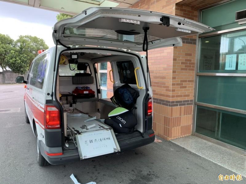 救護車將何姓男童送抵國軍花蓮總醫院急救。(記者王峻祺攝)