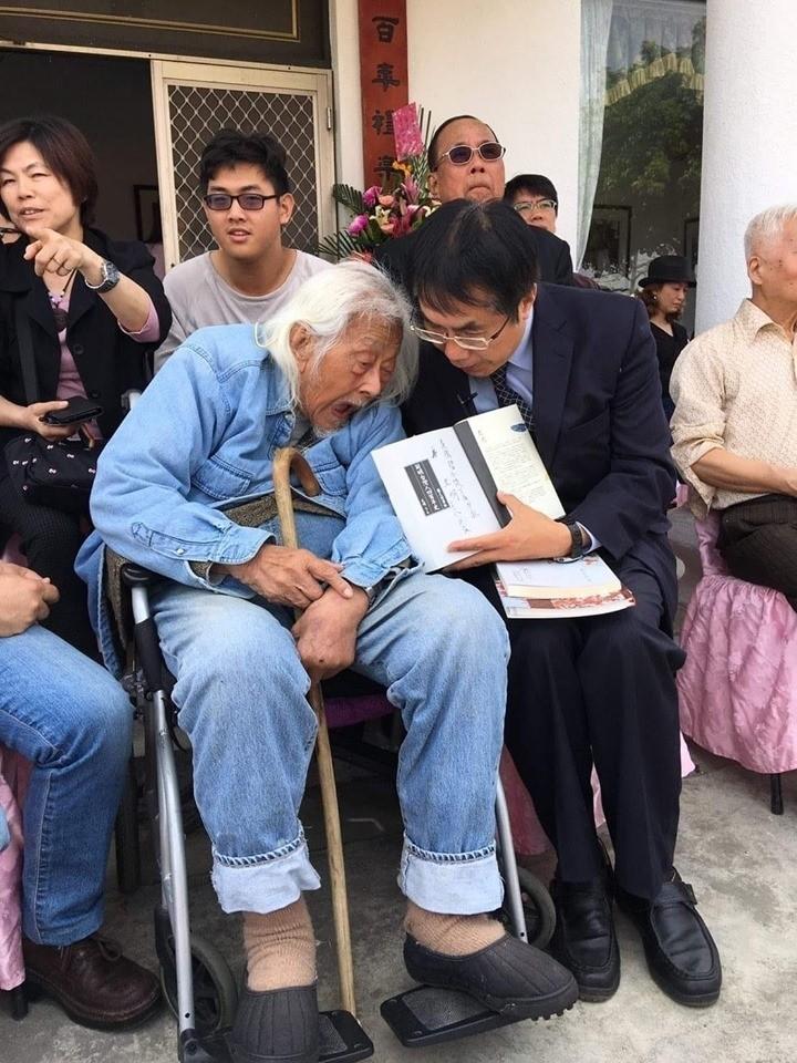 台南市長黃偉哲PO臉文悼念史明前輩,回憶去年3月,台灣首條古典詩文學步道在鹽水揭牌,他在現場獲史明贈書。(擷自黃偉哲臉書)