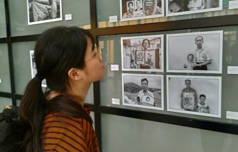 觀看921回顧展中歷史紀錄照片,別有感觸。(南藝大提供)