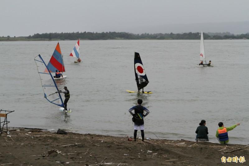 新竹南寮漁港帆船海訓 遊客欣賞帆影點點