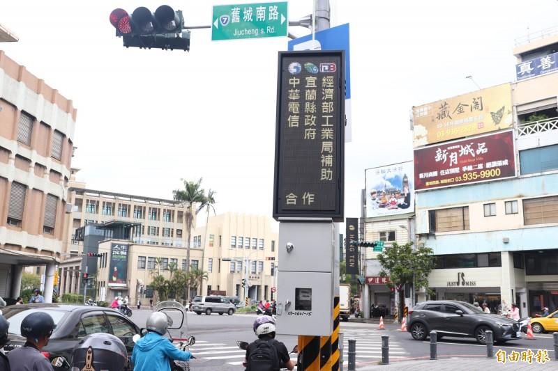 路邊智慧化看板,除提供路邊停車格的相關資訊,也可讓機關進行政令宣導。(記者林敬倫攝)