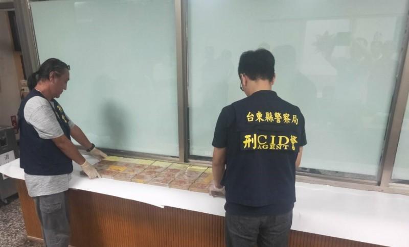 台東警方昨在達仁鄉南田海邊發現32塊、高達6000萬元海洛英,海巡人員今又在發現地附近尋獲4塊。(記者陳賢義翻攝)