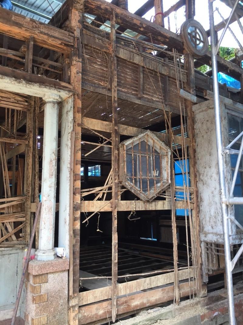 松山療養所所長宿舍修復前殘破。(台北市文化局提供)