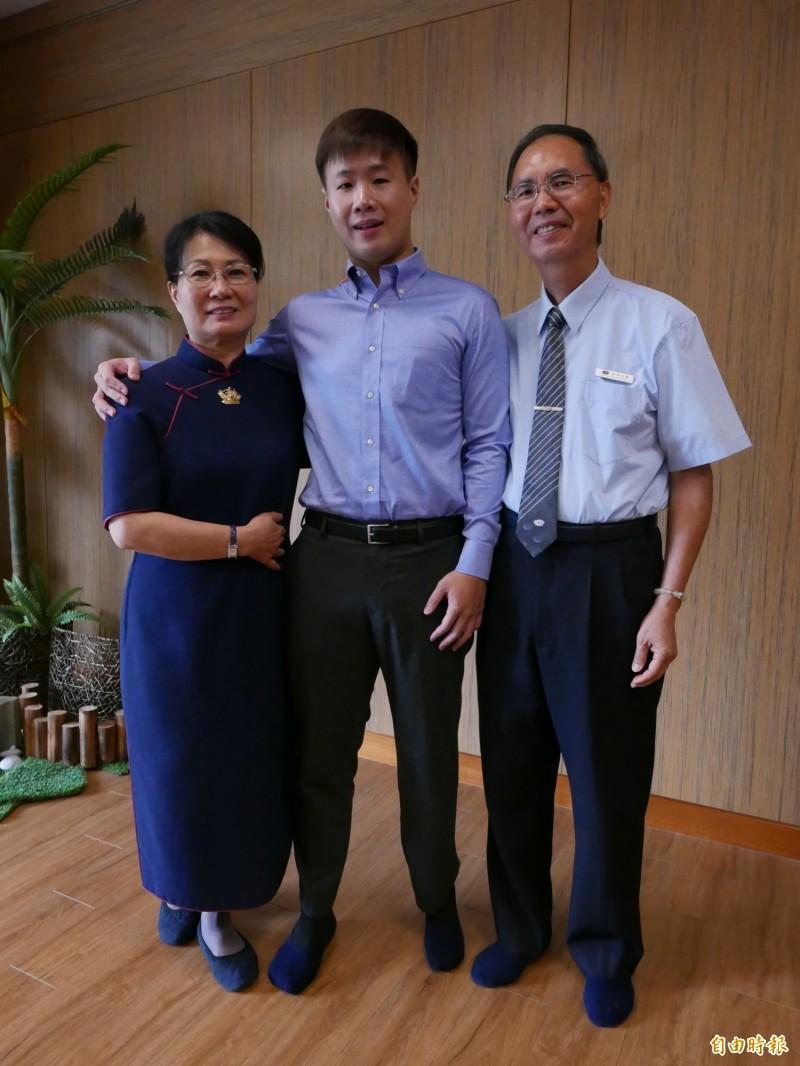 劉豐菖在921失去父母與左小腿,志工林玉鳳與丈夫一路陪伴。(記者蔡淑媛攝)