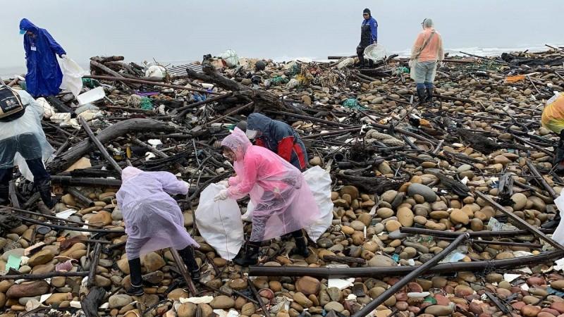 9月21日是世界清潔日,桃園市政府海岸管理工程處和林務局在南崁溪出海口淨灘,一個上午就清出清出2440公斤垃圾。(桃園市環保局提供)
