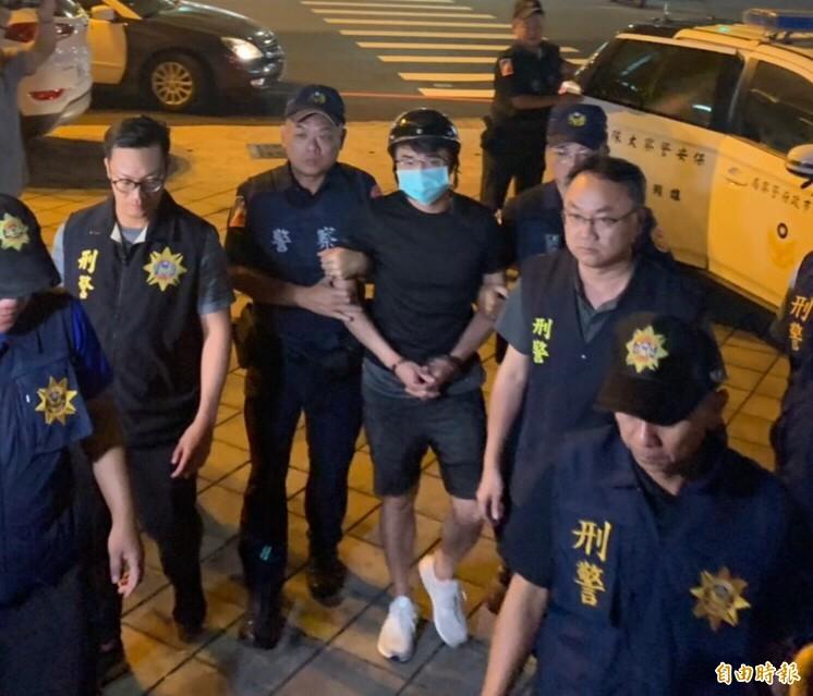 高雄直播主大亂鬥,幕後另一涉嫌敎唆的直播主鄭又仁今晚9點30分也被拘捕到案。(記者黃良傑攝)