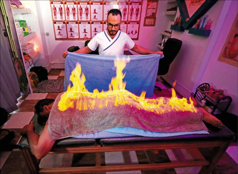 《中英對照讀新聞》Egyptian masseur plays with fire to ease muscle pain 埃及按摩師玩火減輕肌肉疼痛