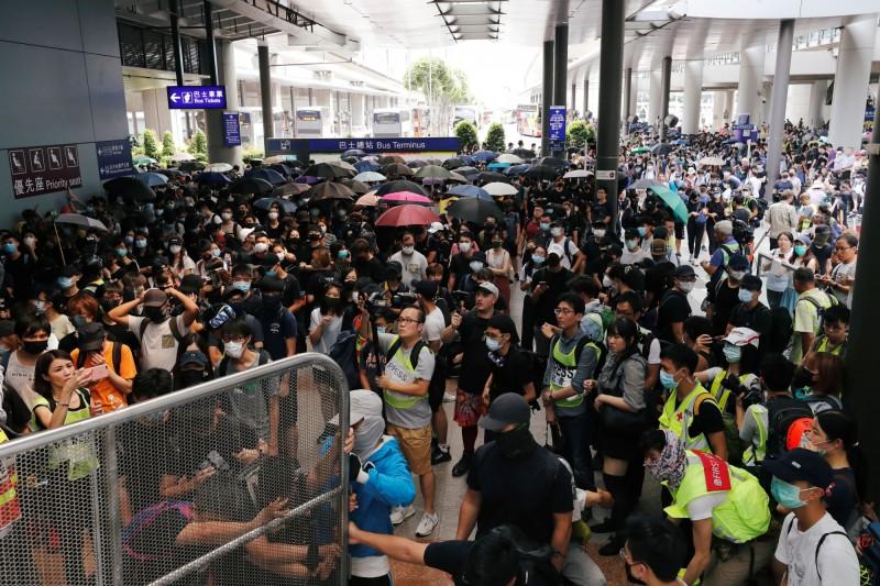 圖為香港反送中示威者9月初群聚在香港國際機場外。(資料照,路透)