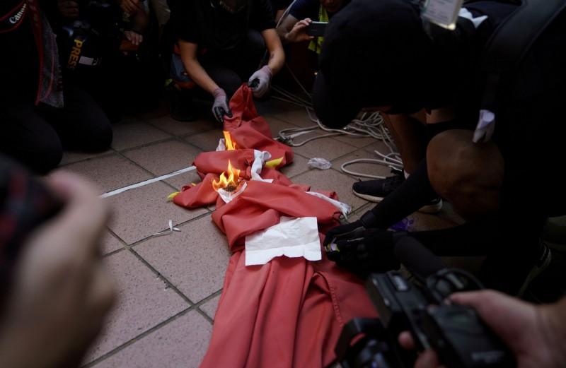 香港示威者今日3點至5點於屯門公園附近舉行遊行活動,活動期間警民衝突越發嚴重,除了民眾燒中國國旗外,警方也不正當使用暴力,發射一枚海綿彈,活動才過一小時,主辦單位遂宣布提前結束。(路透)