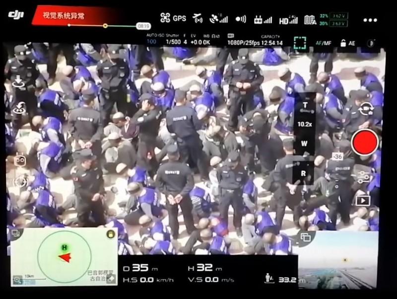 剃著光頭的群眾被蒙住雙眼,而雙手也被綁在身後。(圖擷取自warcombatfear@Twitter)