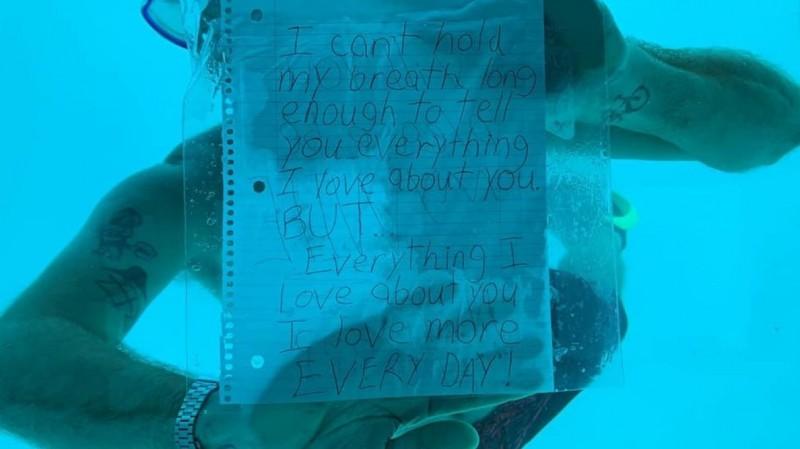 2人度假期間,韋伯在潛水時,將雙面手寫求婚訊息放入夾鏈袋,帶下水向安東尼求婚,一面寫著「我無法將我愛你的一切在水下向妳傾訴,但我愛妳的一切,也一天比一天更愛你。」。(圖擷取自臉書)