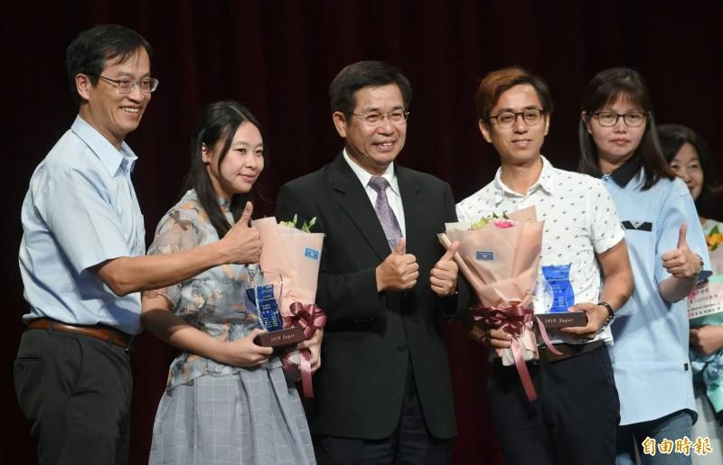 教育部長潘文忠21日出席Super 教師獎頒獎典禮,頒發獎座予獲獎老師。(記者劉信德攝)