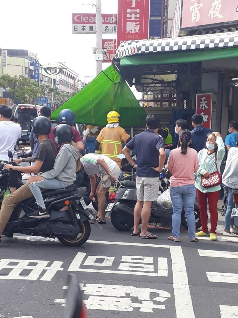 貨車撞進早餐店造成10人受傷,現場民眾圍觀。(記者顏宏駿翻攝)