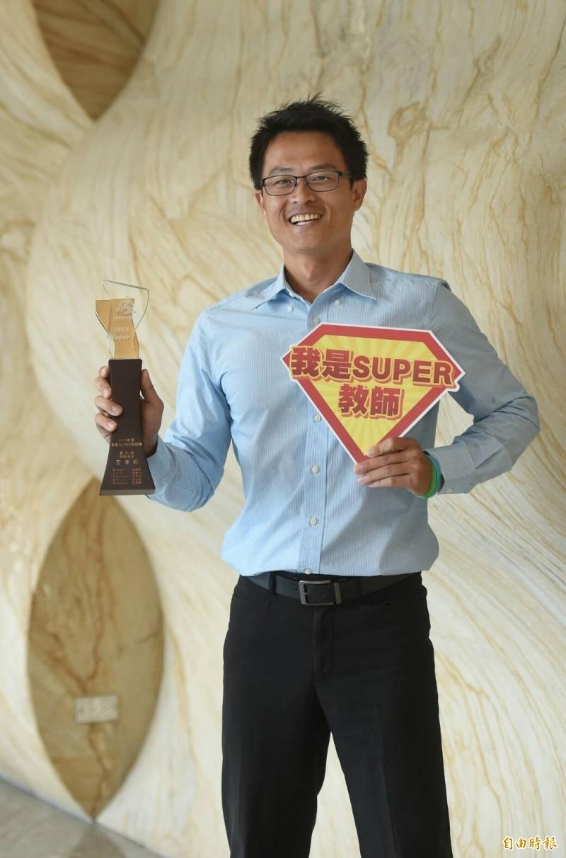 台南市安平國中老師王信凱贏得國中組Super 教師獎。(記者劉信德攝)